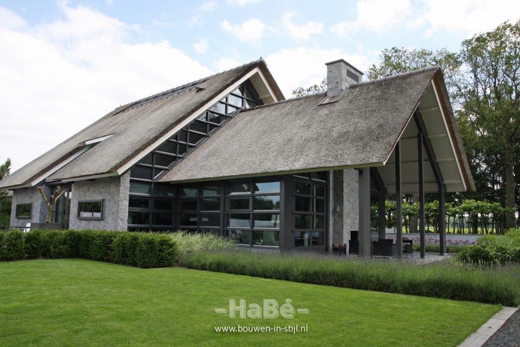 Moderne rietgedekte villa met zwembad in lunteren bouwen for Landelijke villa bouwen