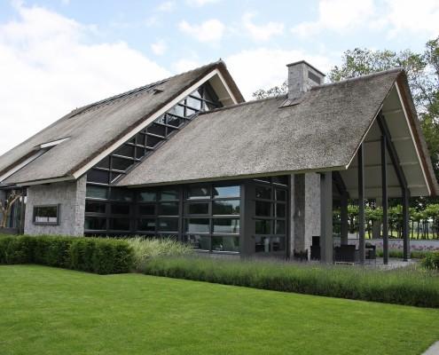 Moderne rietgedekte villa met zwembad in lunteren bouwen for Architecten moderne stijl