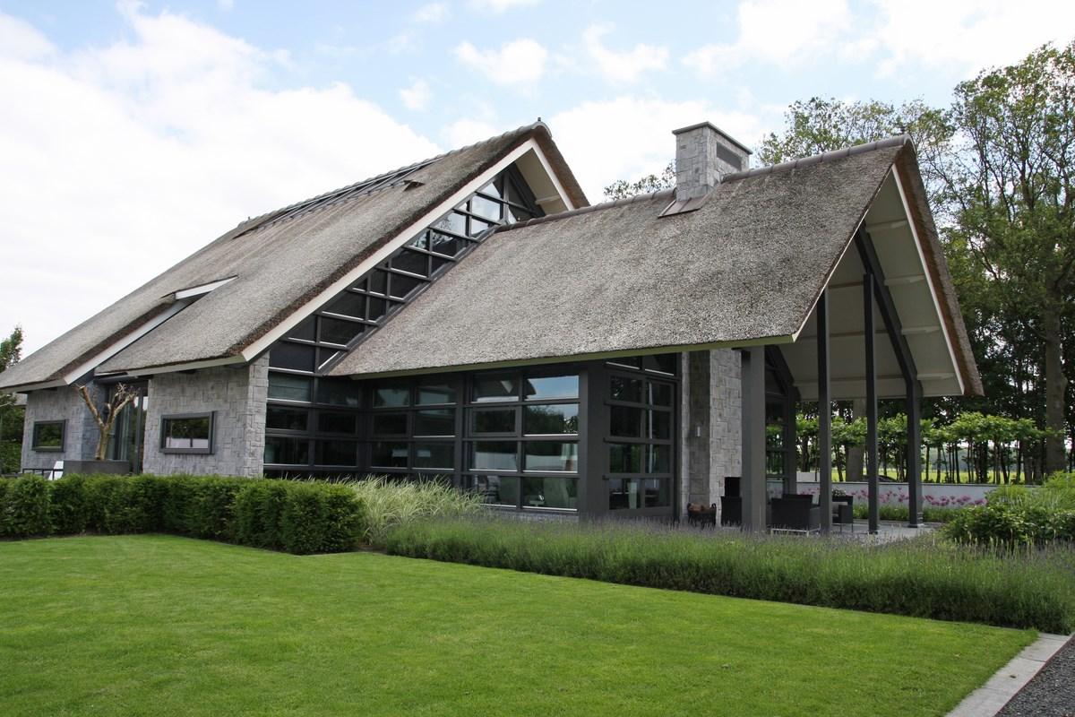Moderne rietgedekte villa met zwembad in lunteren bouwen for Moderne villa