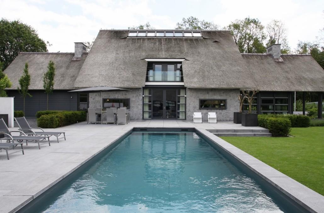 Moderne rietgedekte villa met zwembad in lunteren bouwen in stijl - Huis design met zwembad ...