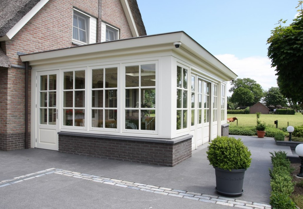 Nieuwbouw rietgedekte villa met gepotdekselde bijgebouwen : Bouwen in ...