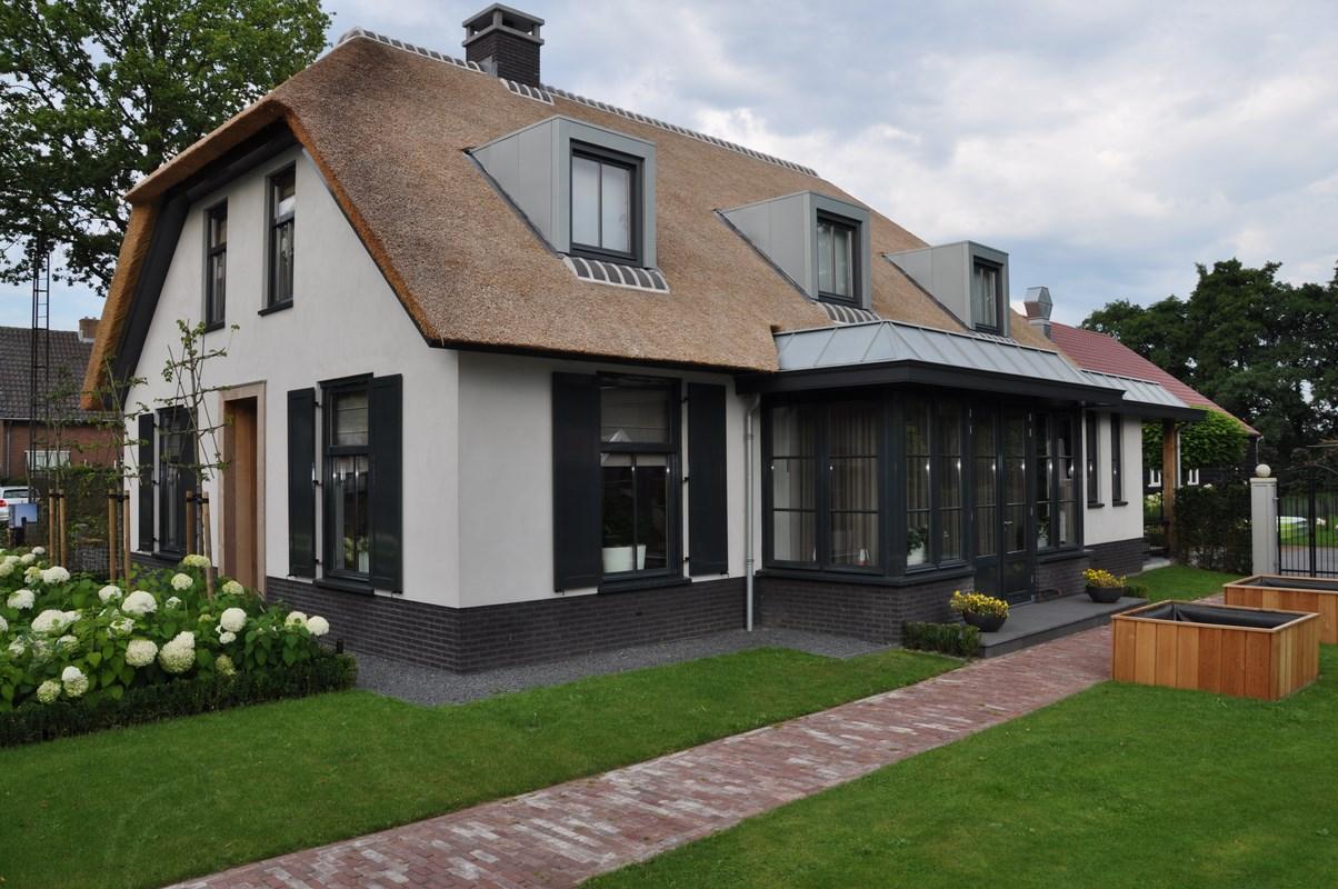nieuwbouw moderne woonboerderij met rieten kap bouwen in