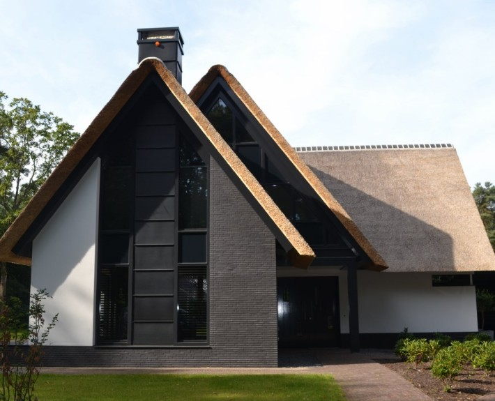 Nieuwbouw moderne villa met rietgedekte kap in soest bouwen in stijl - Zie in het moderne huis ...