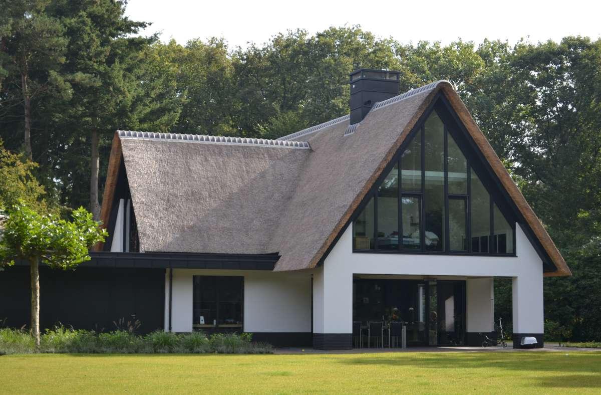 Nieuwbouw moderne villa met rietgedekte kap in soest hab bouwen in stijl - Modern stijl huis ...