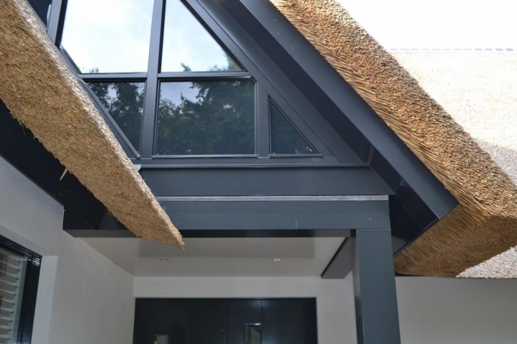Nieuwbouw moderne villa met rietgedekte kap in soest bouwen in stijl - Modern huis exterieur entree ...