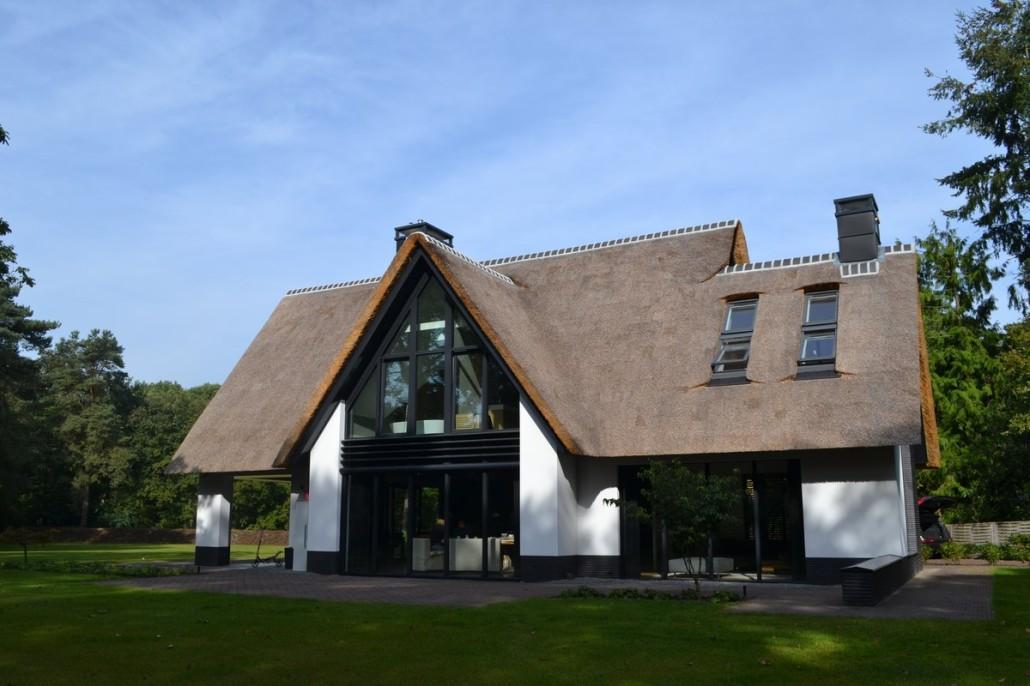 Nieuwbouw moderne villa met rietgedekte kap in soest bouwen in stijl - Ingang van een huis ...