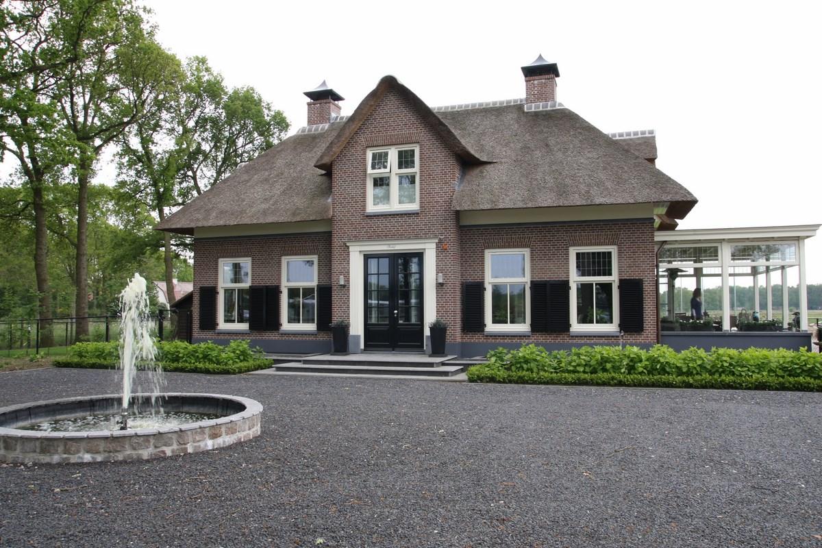 Bouwen t boerderij met serre en gepotdekselde bijgebouwen for Bouwen en interieur