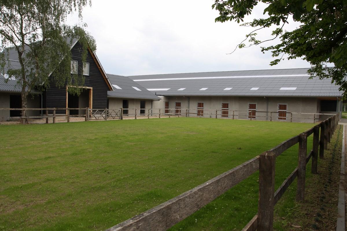 Nieuwbouw paardenstallen met overdekte rijbak bouwen in for Te koop woning met paardenstallen