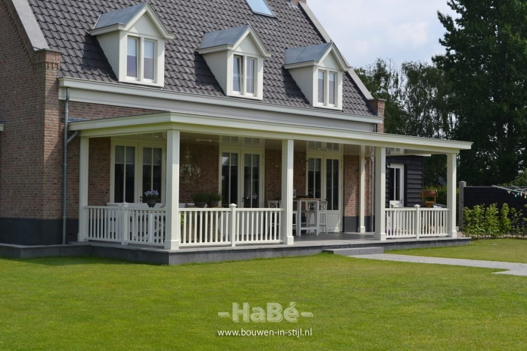 Nieuwbouw vrijstaande villa met bijgebouw en hooiberg in achterveld hab bouwen in stijl - Veranda modern huis ...