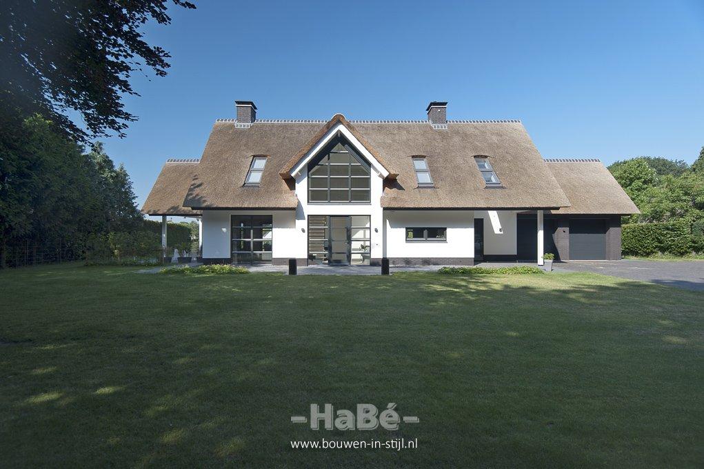 Romantisch rietgedekte villa in natuurlijke omgeving te lunteren hab bouwen in stijl for Modern huis binnenhuisarchitectuur villas