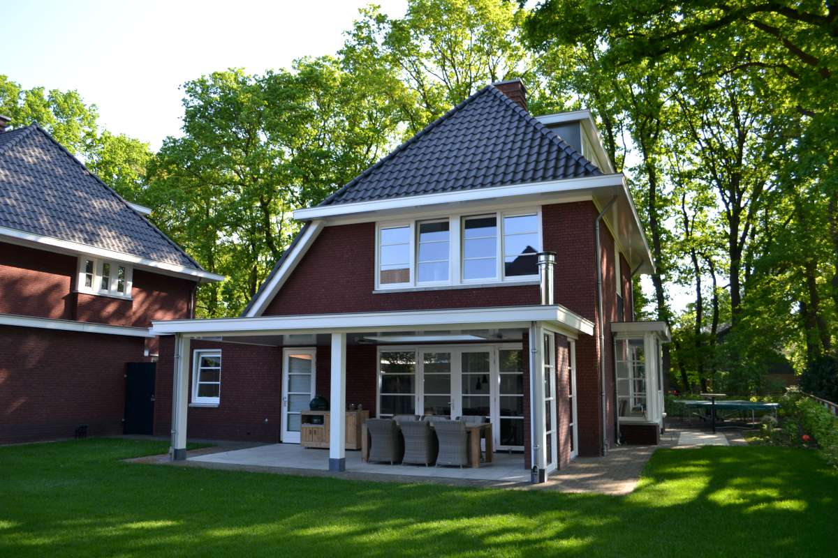 Vrijstaande woning met praktijkruimte in jaren 30 stijl te for Aannemer huis bouwen