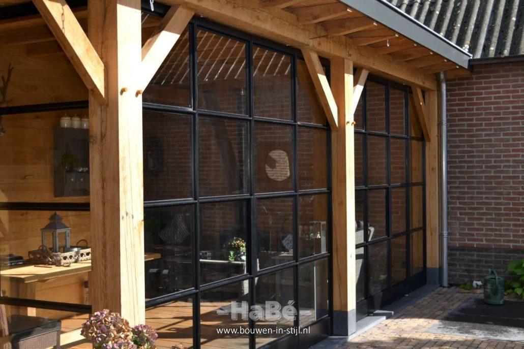 Eiken veranda met stalen taatsdeuren in ederveen habé bouwen in