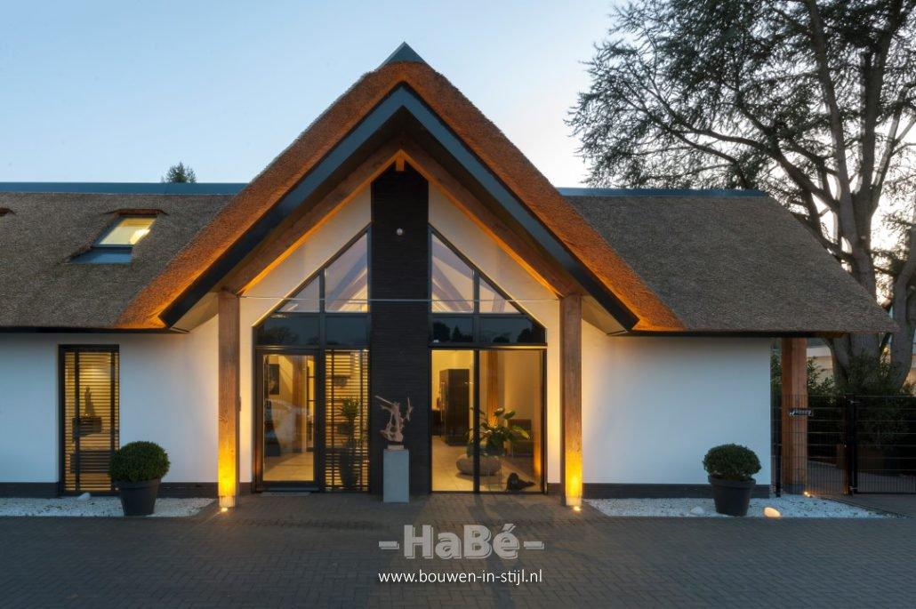 Stijlvolle bungalow met rieten kap te veenendaal hab for Moderne semi bungalow bouwen