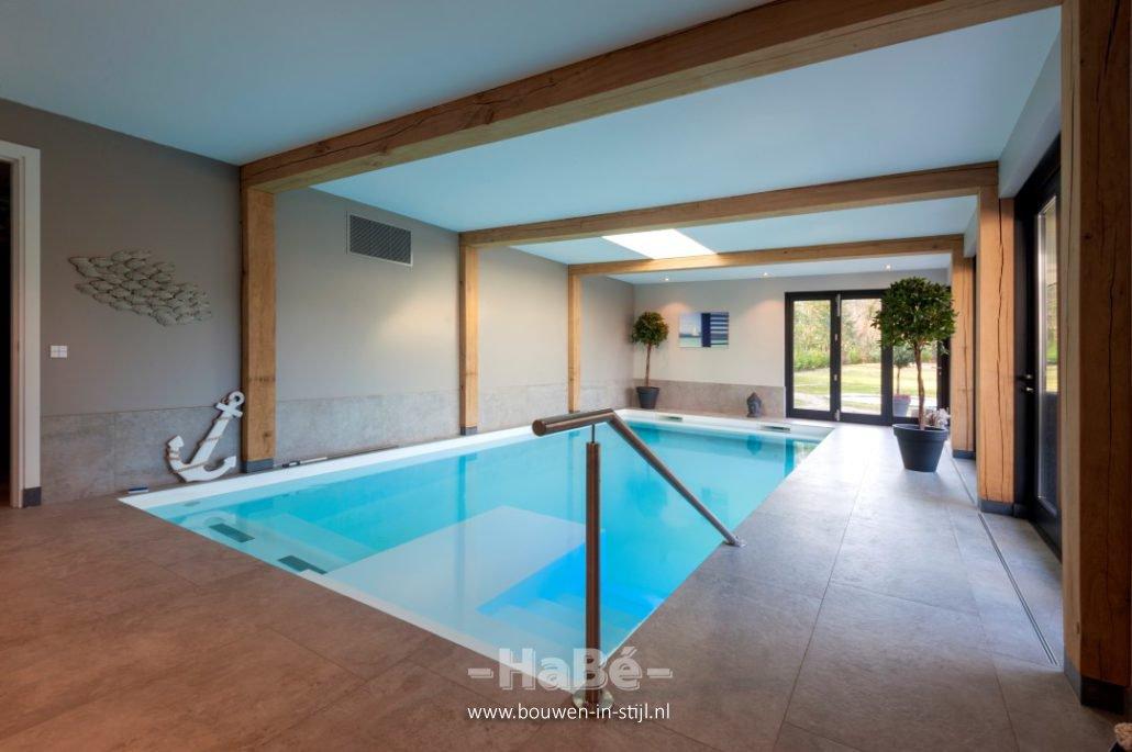 Stijlvolle bungalow met rieten kap te veenendaal hab for Binnenzwembad bouwen