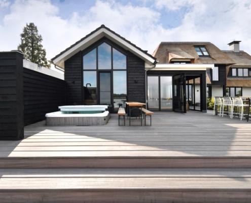 Rietgedekte villa met geweldig zicht over de Loosdrechtse Plassen - bijgebouw met aangrenzend luxueuze veranda