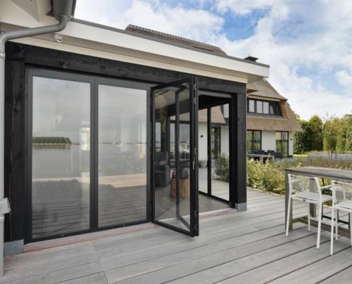 Rietgedekte villa met geweldig zicht over de Loosdrechtse Plassen - veranda met glazen vouwwanden