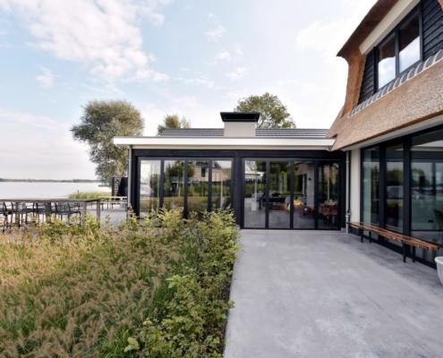 Rietgedekte villa met geweldig zicht over de Loosdrechtse Plassen - luxueuze veranda met glazen vouwwanden