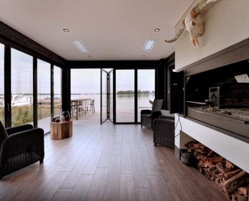 Rietgedekte villa met geweldig zicht over de Loosdrechtse Plassen - luxueuze veranda met Home Fires braai