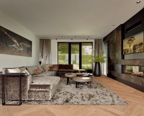 Rietgedekte villa met geweldig zicht over de Loosdrechtse Plassen - woonkamer met leerbehang