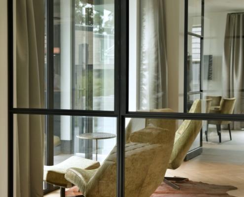 Rietgedekte villa met geweldig zicht over de Loosdrechtse Plassen - detail stalen deuren