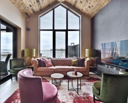 Rietgedekte villa met geweldig zicht over de Loosdrechtse Plassen - bijgebouw met grote hoeveelheid luxe