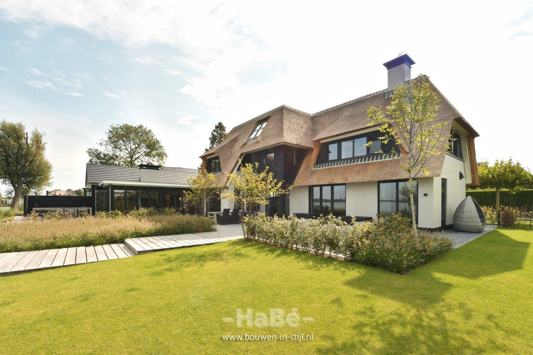 Rietgedekte villa met geweldig zicht over de Loosdrechtse Plassen - achterzijde